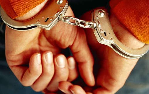Foto de referencia de una persona con las manos esposadas