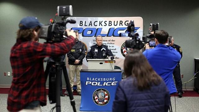 La Policía de Blacksburg, Virginia, anuncia los arrestos durante una conferencia de prensa.