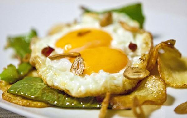 Huevos escalfados con pimiento, tomates y papas.