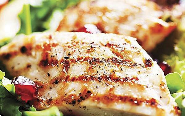Rico pollo al horno con limón y romero.