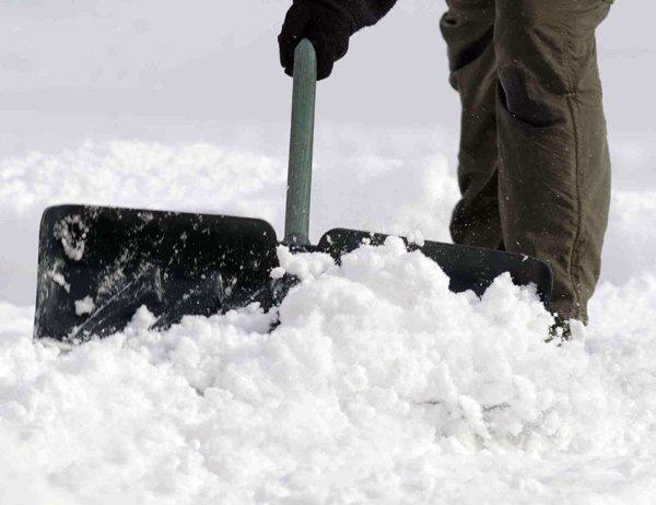 Consejos para no sufrir lesiones al palear la nieve
