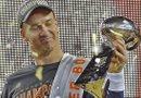 El mariscal de campo de los Broncos de Denver, Peyton Manning, sostiene el trofeo Vince Lombardi tras ganar con su equipo./Foto:EFE