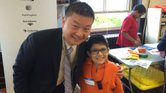 Superintendente Tommy Chang con un alumno de las Escuelas Públicas de Boston