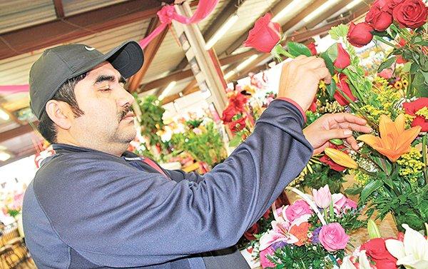 Carlos Chávez lleva un cuarto de siglo complaciendo los corazones de sus clientes con sus arreglos de flores. /Foto: Marina Gil