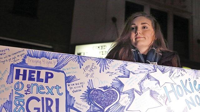 Nikki Dean, copresidenta de Help Save the Next en Virginia Tech, durante la vigilia en memoria de Nicole Lovell, de 13 años. (MATT GENTRY/AP)