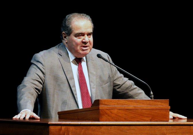 Muerte de juez Scalia crea más incertidumbre sobre alivio migratorio