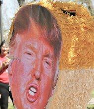"""Una piñata con la imagen del precandidato republicano fue """"apaleada"""" por jóvenes que se oponen a sus propuestas políticas."""