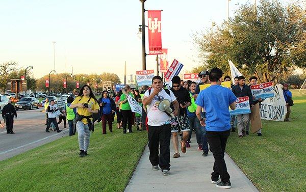 Víctor Ibarra, director ejecutivo de la organización Latinos Inmigrantes Triunfadores (LITE) lidera el grupo de los manifestantes. /Foto:Sylvia Obén