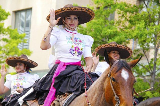 La diversidad cultural de Houston se deja ver también en el desfile con la participación de diversos grupos, como este de escaramuzas llamado Las Rebeldes.