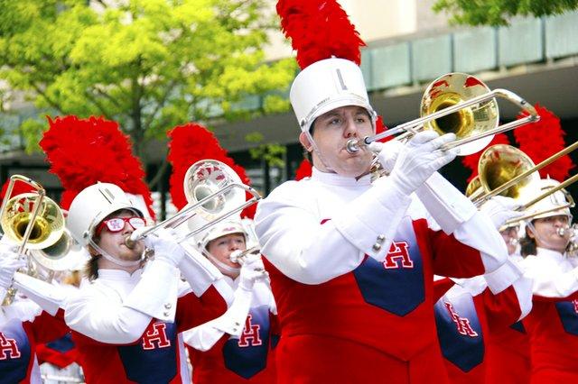 Instituciones de educación en todos los niveles participan, aquí la Universidad de Houston es representada por su banda.