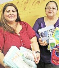 Elizabeth Martínez y su ángel, Carolina Lozano, quién la ayuda a conseguir los artículos y darle la mano a las madres necesitadas.