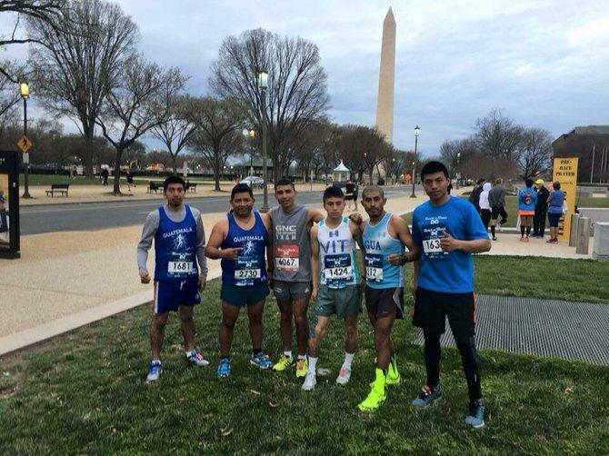Atletas guatemaltecos en la Avenida Constitution de Washington, DC, antes de la partida de Rock and Roll Half and Full Marathon.