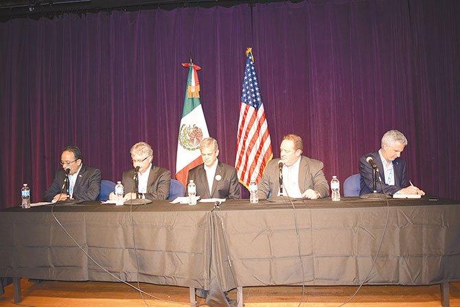 IMPULSO. El cónsul de México, Carlos González Gutiérrez (Izq.) y el alcalde de Austin, Steve Adler (centro), dieron a conocer junto a otros funcionarios una iniciativa que permitirá que las 'Startups' mexicanas se desarrollen en Estados Unidos y viceversa.
