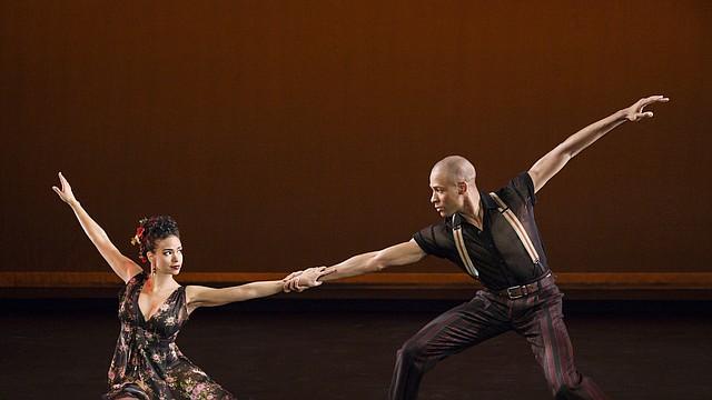 Belen Pereyra y Yannick Lebrun, de Alvin Ailey American Dance Theater, en la obra Piazzolla Caldera de Paul Taylor.