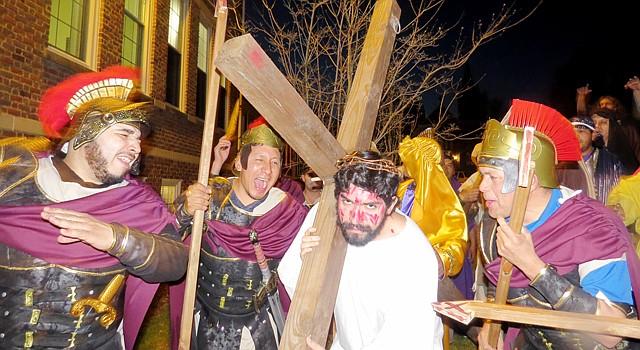 ACTO. Miembros de la iglesia Saint James en Falls Church, Virginia durante un ensayo del Vía Crucis.
