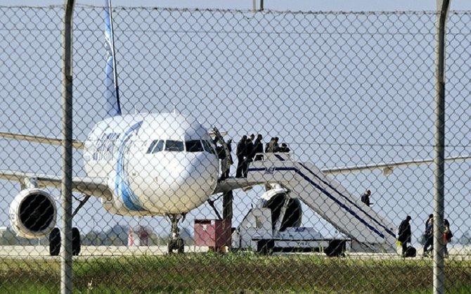 Los pasajeros abandonan el Airbus A320 de EgyptAir secuestrado