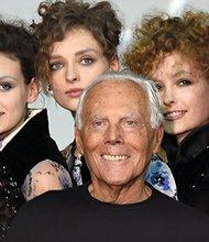El diseñador italiano Giorgio Armani (c) posa rodeado de sus modelos al finalizar su desfile en la Semana de la Moda de Milán, Italia. EFE