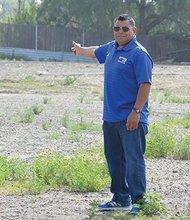 Santiago Baltazar muestra el terreno que posee el equipo y con el que busca concretar un sueño. Foto: Horacio Rentería/El Latino San Diego.