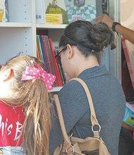 Se han incrementado los programas de fomento a la lectura en las familias, como se aprecia en esta biblioteca rodante del Fondo de Cultura Económica. Foto: Horacio Rentería/El Latino San Diego.