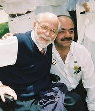 Fernando Suárez del Solar (Der.) acompañado por el activista en contra de la guerra de Vietnam, Gary Dotterman, a quien definió como un ejemplo de fortaleza. Foto-Cortesía: Facebook de Fernando Suárez del Solar.