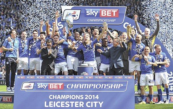 """Hace poco un aficionado apostó 50 libras (unos $71 dólares) a favor de que el Leicester se convierta en el próximo campeón de la liga inglesa. La casa de apuestas se vio obligada a darle unos $103,000 dólares por adelantado para """"contentarlo"""", pues su apuesta se había valorizado tanto que el final hubieran tenido que darle unos $356,000 dólares."""