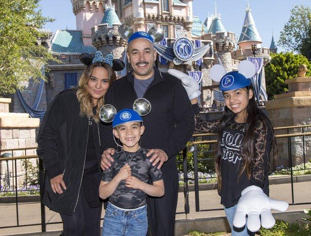 Lupillo Rivera y su familia en Disneylandia el 31 de marzo.