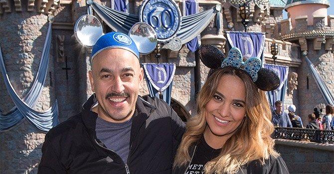 Lupillo Rivera y su esposa Mayeli celebran su aniversario de boda en Disneylandia