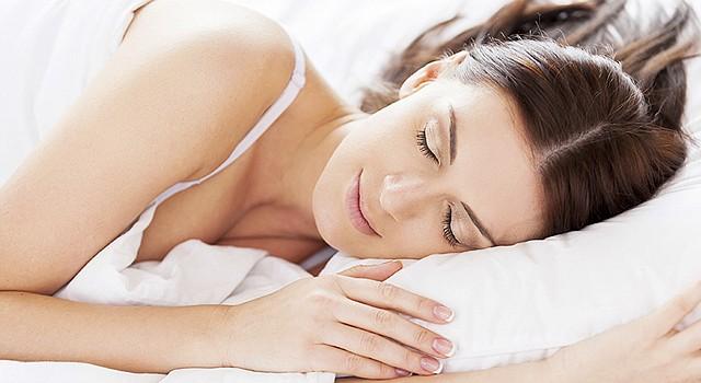SUEÑO. Dormir de lado tiene sus ventajas para ayudar a eliminar los residuos en el cerebro, dice estudio.