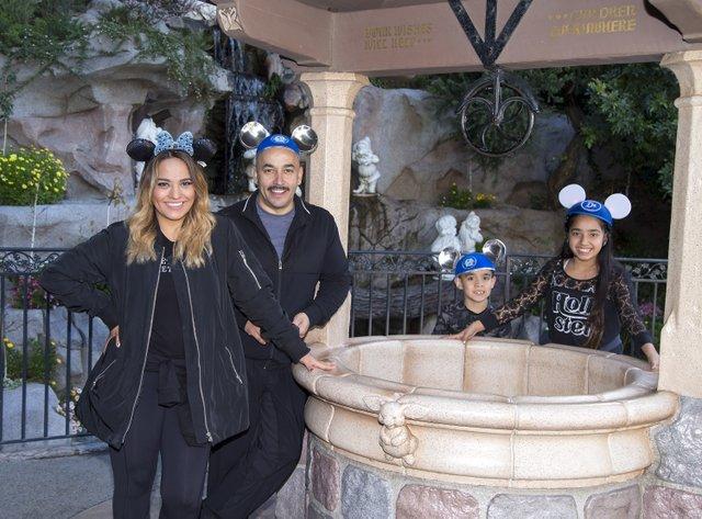 Lupillo Rivera y su esposa Mayeli Rivera piden un deseo junto con hijo LRey e hija Lupita en Snow White's Wishing Well en el Parque Disneyland en Anaheim, California,