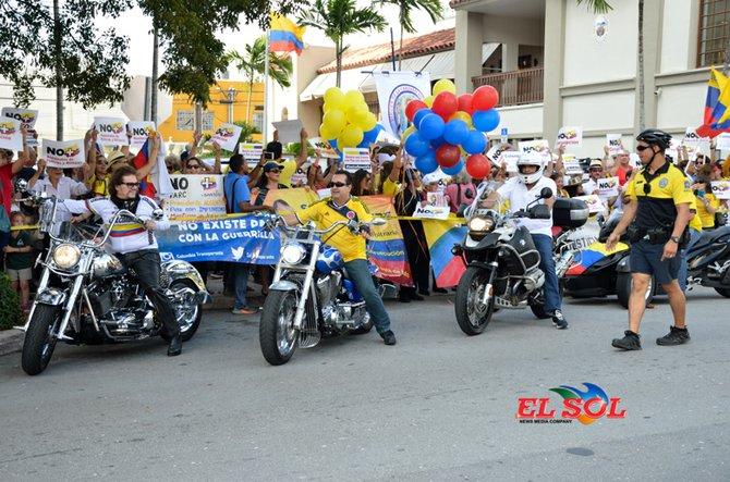 Colombianos Marchan en Protesta Frente al Consulado en Miami