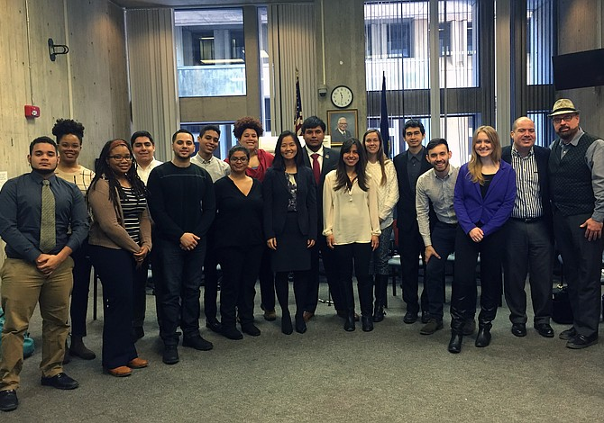 Estudiantes latinos y Concejal Michelle Wu se reunieron para encontrar más oportunidades para jóvenes