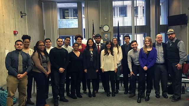 La Concejal Michelle Wu (centro) con miembros de Latinx Action Group y líderes comunitarios