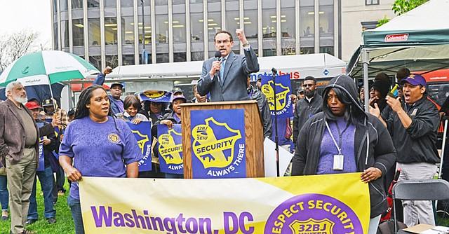 El ex alcalde de DC, Vincent Gray, apoyó a los trabajadores durante la manifestación del lunes 4 de abril.