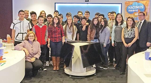 Miembros de HACEMOS con los estudiantes de la escuela secundaria Cardozo en Washington, el 25 de febrero.