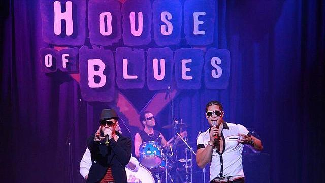 El dúo Chino y Nacho en un concierto en House of Blues Orlando, 2011.