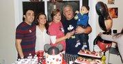 FAMILIA.Claudia Campos con su hijo Alex (izq.). y esposa, Juliana Monsalve. Al lado, su esposo Carlos Ugarte y su nieto Lucas, hace un año.