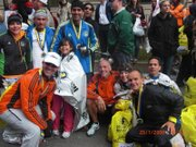 JUNTOS. David Martínez Fumoleau (abajo a la izquierda) con otros corredores y familiares después del Maratón de Boston de 2013, cerca de la línea de llegada y antes de las explosiones.