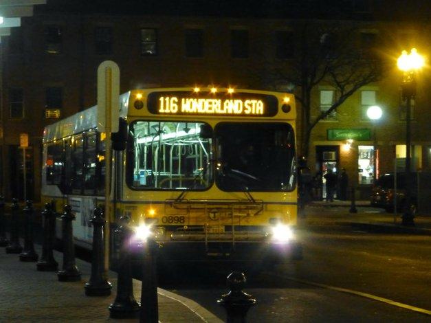 MBTA estudia operar 8 rutas de autobús nocturno