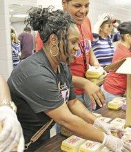 Decenas de voluntarios se hicieron presentes en los albergues para ayudar a los afectados.