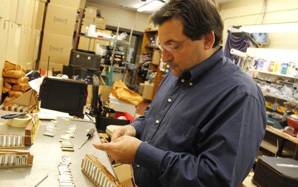 Mike Gabbanelli prepara un acordeón. Él mismo se encarga de atender si los clientes piden una afinación especial y trabaja para que quede perfecta. Si le piden una nota especial él se encarga de agregarla, un proceso único que se hace en este lugar.