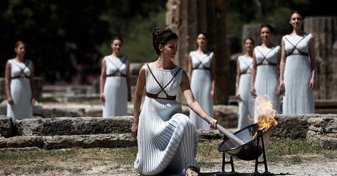 Comienza el recorrido de la llama olímpica tras ser encendida en Olimpia