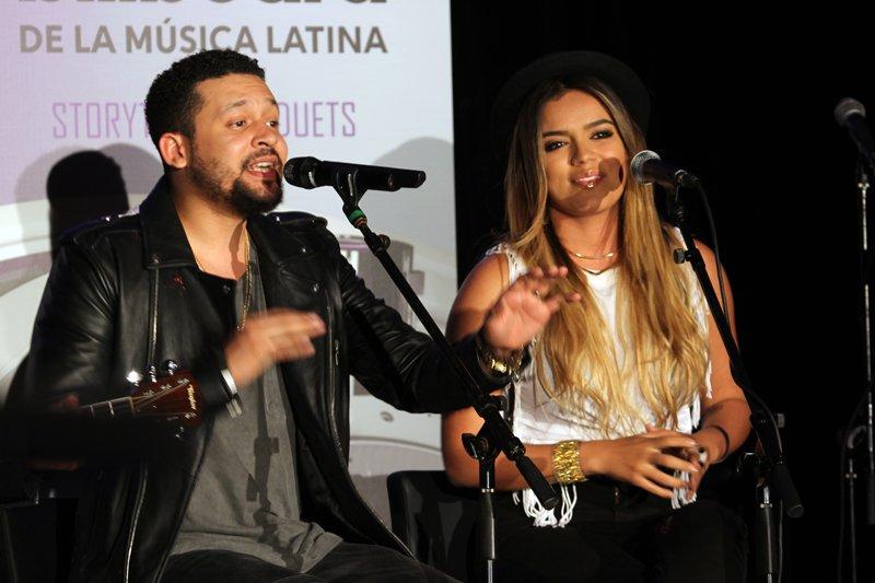 Alx Veliz junto con la cantante Karol G, en ese dueto se unió el romanticismo del artista con la alegría de la colombiana.