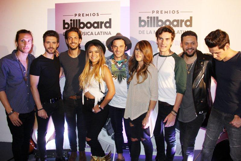 El grupo Dvicio, Alx Veliz, Karol G, Pedro Capó y Kany García posaron para los medios luego de presentarse con sus éxitos musicales.
