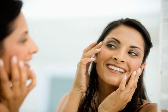 Maquilladora colombiana ofrece consejos para cuidar la piel de las latinas