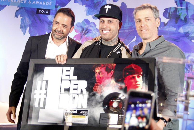 """De parte de la disquera Sony Músic recibió un reconocimiento especial por el éxito de tu tema """"El perdón""""."""