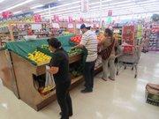 TIENDA. Empleados y compradores el martes 26 de abril de 2016 en el Supermercado Food Star de Arlington, VA.