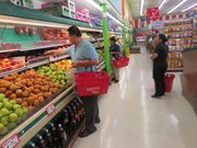 PRODUCTOS. Consumidores seleccionan vegetales y frutas en Food Star el martes 26 de abril de 2016.