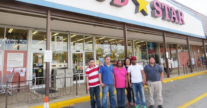 El cierre de un histórico supermercado afecta a la comunidad latina en Arlington