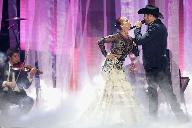"""Alejandra Guzmán se unió a Gerardo Ortiz en un numero muy romántico con el tema """"Fuiste mía""""."""