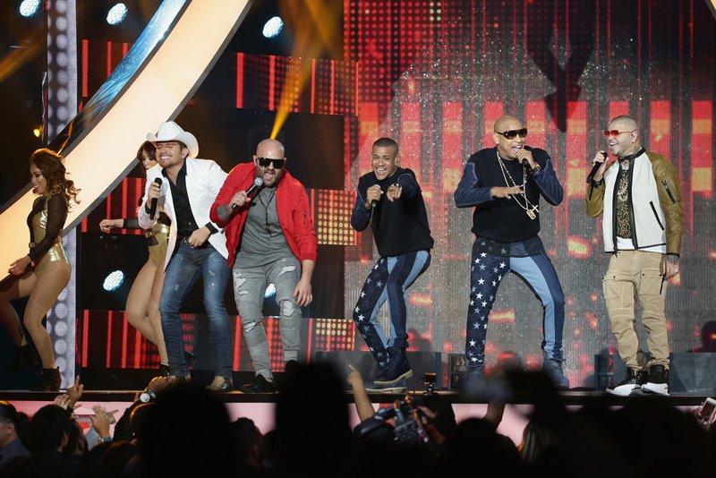 """La apertura del show estuvo a cargo de El Dasa, Gente de zona, Farruko y Papayo. Todos unieron sus voces para cantar """"Algo contigo""""."""